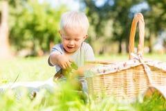 Enfant heureux jouant avec un jouet en parc photos libres de droits