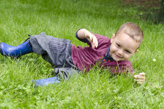 Enfant heureux jouant dans l'herbe Photo stock