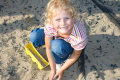 Enfant heureux jouant dans le sable. Photographie stock libre de droits