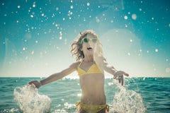 Enfant heureux jouant en mer Photo stock