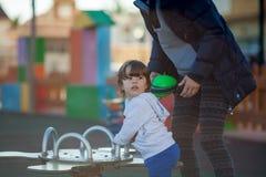 Enfant heureux jouant en parc avec sa mère Photo libre de droits