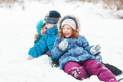 Enfant heureux jouant en parc d'hiver Photographie stock