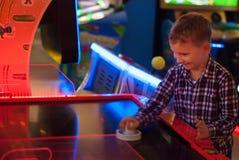 Enfant heureux jouant l'hockey de table, Photos libres de droits