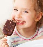 Enfant heureux mangeant la crême glacée Images libres de droits