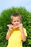 Enfant heureux mangeant la pastèque Images libres de droits