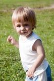 Enfant heureux marchant à travers le pré Photographie stock libre de droits