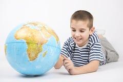 Enfant heureux montrant sur l'Australie Photos libres de droits