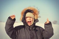 Enfant heureux pendant l'hiver images stock