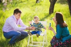 Enfant heureux Portrait de petit garçon jouant avec des bulles images stock