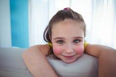Enfant heureux regardant de derrière du divan Photo libre de droits