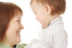enfant heureux sa mère de regard Photographie stock libre de droits