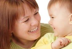 enfant heureux sa mère de regard Image stock