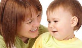 enfant heureux sa mère de regard Images libres de droits