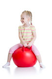Enfant heureux sautant sur la boule de rebondissement photographie stock libre de droits