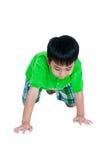Enfant heureux souriant et rampant sur des genoux D'isolement sur le CCB blanc photos stock