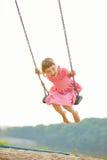 Enfant heureux sur l'oscillation en été images stock