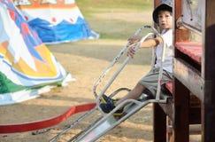 Enfant heureux sur la cour de jeu Photographie stock libre de droits