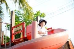 Enfant heureux sur la cour de jeu Photo libre de droits