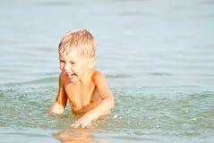 Enfant heureux sur la mer Images libres de droits