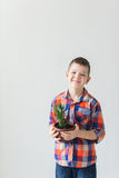 Enfant heureux sur le fond blanc avec le pot de l'usine Images stock