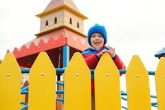 Enfant heureux sur le terrain de jeu coloré de château Petit garçon mignon jouant dehors dans le temps froid d'automne Enfance he photo stock