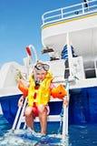 Enfant heureux sur le yacht. photo stock