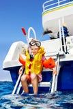 Enfant heureux sur le yacht. photographie stock
