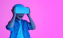 Enfant heureux utilisant le casque de VR images stock