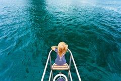 Enfant heureux voyageant sur le yacht de navigation Photo stock