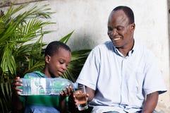 Enfant hors de l'eau à son père photo libre de droits