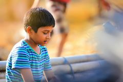 Enfant indien rural jouant le cricket images libres de droits