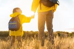 Enfant innocent appréciant le voyage avec son papa Images libres de droits