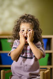 Enfant inquiété avec la bouche ouverte dans le jardin d'enfants Images libres de droits