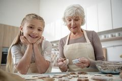 Enfant insouciant appréciant la cuisson avec sa grand-mère Photos libres de droits