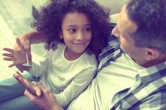 Enfant intelligent très heureux d'apprendre la substance avec son papa aimé photos libres de droits