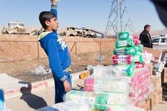 Enfant irakien vendant des tissus une rue irakienne Images libres de droits