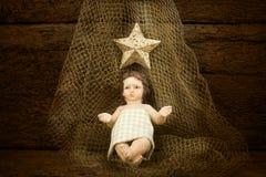 Enfant Jésus de Noël sur un filet de pêche Photos stock