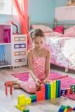 Enfant jouant à la maison Image libre de droits