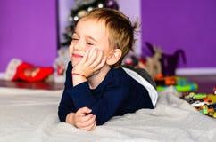 Enfant jouant à la maison image stock
