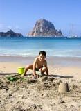 Enfant jouant à la plage Photo libre de droits