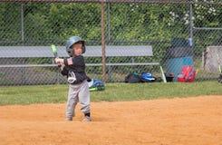 Enfant jouant au base-ball photo libre de droits