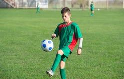 Enfant jouant au football image libre de droits