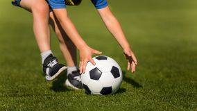 Enfant jouant au football Ligues de football préscolaires Ballon de football de capture d'enfant sur le champ Image du football d images stock