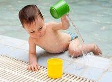 Enfant jouant avec de l'eau Image stock