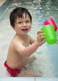Enfant jouant avec de l'eau photo stock