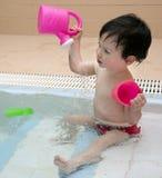 Enfant jouant avec de l'eau photo libre de droits