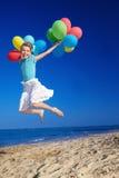 Enfant jouant avec des ballons à la plage images stock