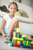 Enfant jouant avec des blocs Photographie stock