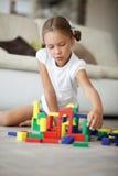 Enfant jouant avec des blocs Photo stock