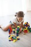 Enfant jouant avec des blocs Photographie stock libre de droits